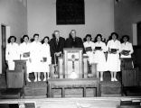 Photograph of a religious service at the Ganado Navajo Presbyterian Mission in Ganado (Ariz.)