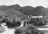 Photograph of the Cochise County Courthouse and Saint Patrick's Cathedral in Bisbee (Ariz.)